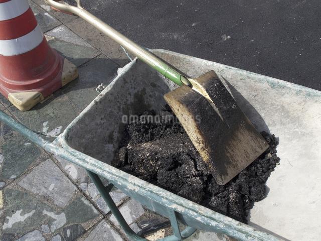 道路工事現場のアスファルトの写真素材 [FYI04165601]