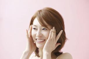 肌の手入れをする女性の写真素材 [FYI04169559]