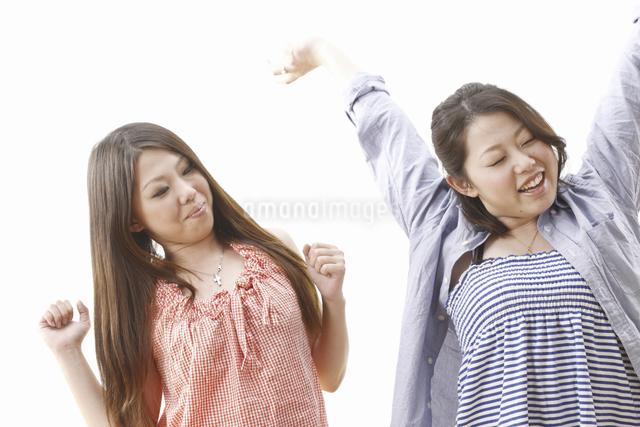 背伸びの2人の女性の写真素材 [FYI04169565]
