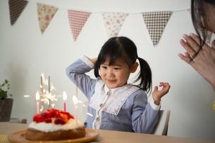 ケーキの前にいる女の子の写真素材 [FYI04170411]