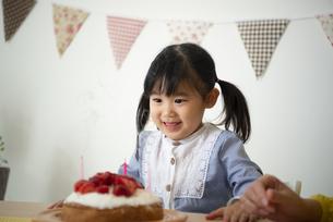 ケーキを見ている女の子の写真素材 [FYI04170786]