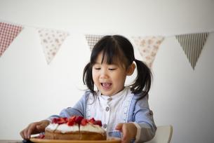 ケーキを見て喜んでいる女の子の写真素材 [FYI04171045]