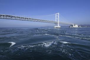 大鳴門橋と鳴門海峡の写真素材 [FYI04171296]