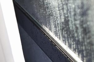 結露したガラス窓の写真素材 [FYI04171345]