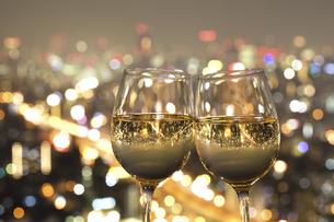 ワイングラスに映る都会の夜景の写真素材 [FYI04171383]