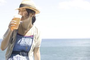ビールを飲む女性の写真素材 [FYI04171793]