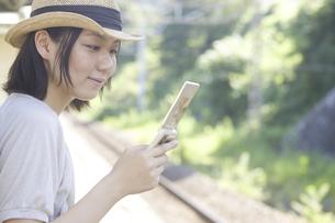 携帯電話をもつ女性の写真素材 [FYI04171823]