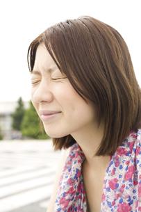 目を閉じた女性の写真素材 [FYI04171827]