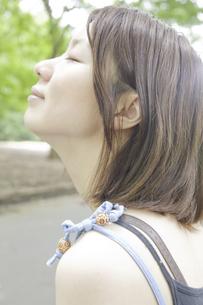 目を閉じた女性の写真素材 [FYI04171845]