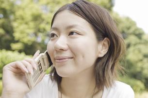 携帯電話で話す女性の写真素材 [FYI04172002]