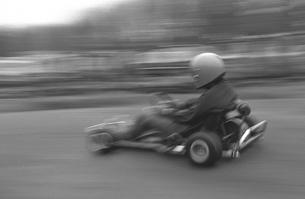 カートサーキットを走るの写真素材 [FYI04172510]