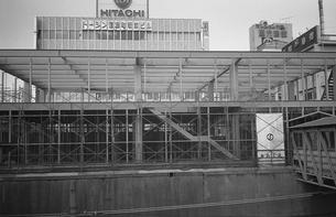 駅舎工事の中央線信濃町駅の写真素材 [FYI04172559]