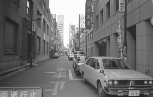 日本橋・休日 ビルの谷間の写真素材 [FYI04172633]