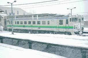 鉄道 JR北海道 江差線・雪降る木古内駅にて キハ40の写真素材 [FYI04172809]