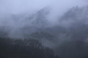 晴れ行く霧の山肌の写真素材 [FYI04173340]
