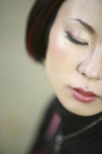 目を閉じた女性のアップの写真素材 [FYI04173699]