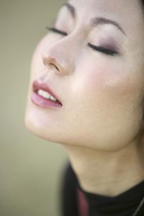 目を閉じた女性のアップの写真素材 [FYI04173704]