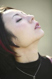 上を見上げる女性の写真素材 [FYI04173709]