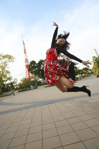 ジャンプする女性の写真素材 [FYI04173781]