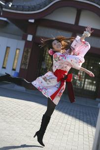 ジャンプする女性の写真素材 [FYI04173792]
