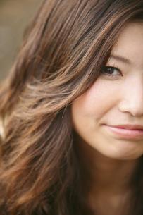 女性の顔のアップの写真素材 [FYI04173848]
