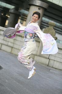ジャンプする着物を着た女性の写真素材 [FYI04173894]