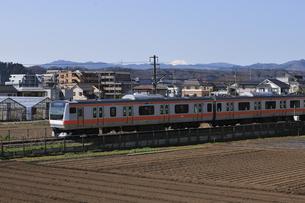 JR五日市線と富士の写真素材 [FYI04174704]