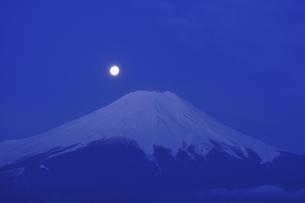 月と富士の写真素材 [FYI04174987]