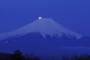 月と富士の写真素材 [FYI04174990]