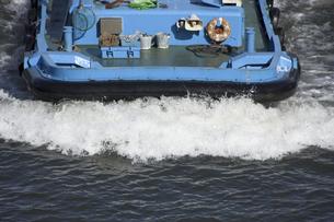 タグボートの水しぶきの写真素材 [FYI04176575]