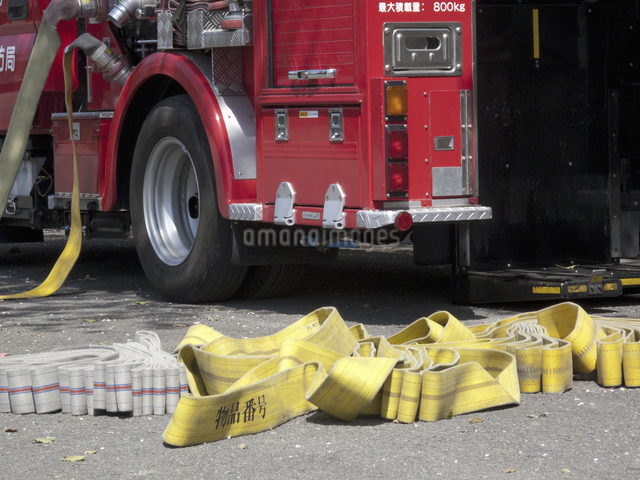 消防自動車と放水ホースの写真素材 [FYI04177044]