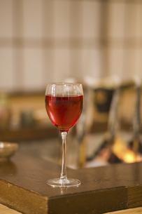 囲炉裏とワインの写真素材 [FYI04177298]