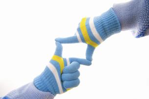 手袋をした手の写真素材 [FYI04177313]