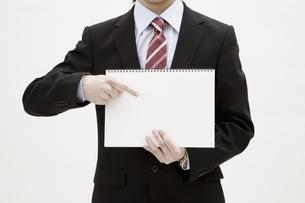 ビジネスマンとスケッチブックの写真素材 [FYI04177352]