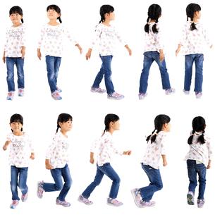 人物切り抜き添景素材 子供幼児女の子 歩く走る 白バックの写真素材 [FYI04179376]