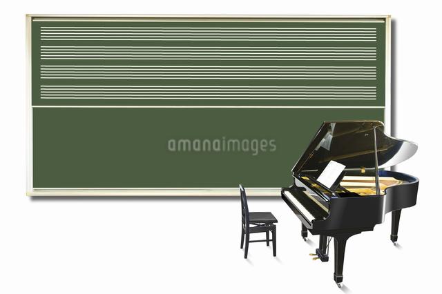 ピアノと黒板の写真素材 [FYI04179680]