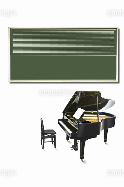 ピアノと黒板の写真素材 [FYI04179682]