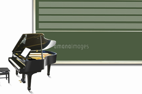 ピアノと黒板の写真素材 [FYI04179683]