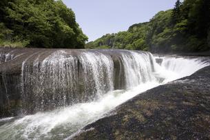吹き割れの滝の写真素材 [FYI04179938]
