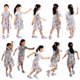 人物切り抜き添景素材 子供幼児女の子 歩く走る 白バックの写真素材 [FYI04180279]
