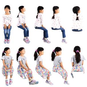 人物切り抜き添景素材 子供幼児女の子 座る 白バックの写真素材 [FYI04180283]