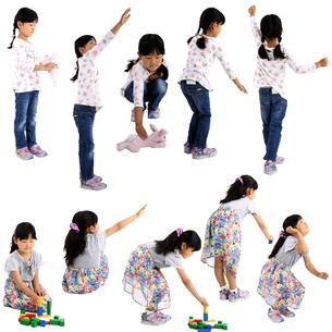 人物切り抜き添景素材 子供幼児女の子 遊ぶ 白バックの写真素材 [FYI04180305]