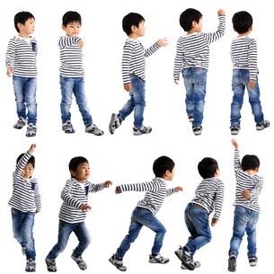 人物切り抜き添景素材 子供幼児男の子 歩く走る 白バックの写真素材 [FYI04180309]