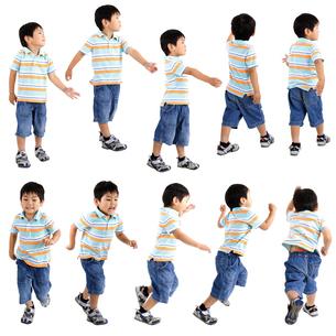 人物切り抜き添景素材 子供幼児男の子 歩く走る 白バックの写真素材 [FYI04180325]