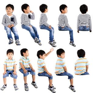 人物切り抜き添景素材 子供幼児男の子 座る 白バックの写真素材 [FYI04180328]