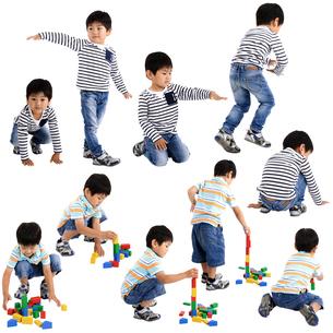 人物切り抜き添景素材 子供幼児男の子 遊ぶ 白バックの写真素材 [FYI04180350]