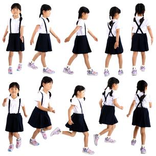 人物切り抜き添景素材 子供幼児女の子 歩く走る 白バックの写真素材 [FYI04180361]