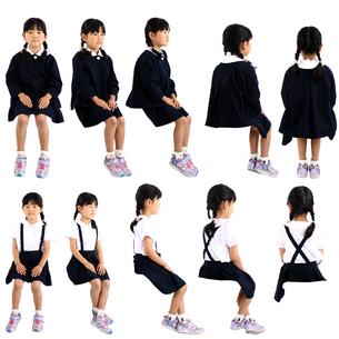 人物切り抜き添景素材 子供幼児女の子 座る 白バックの写真素材 [FYI04180374]