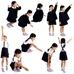 人物切り抜き添景素材 子供幼児女の子 遊ぶ 白バックの写真素材 [FYI04180386]