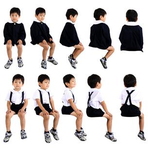 人物切り抜き添景素材 子供幼児男の子 座る 白バックの写真素材 [FYI04180416]
